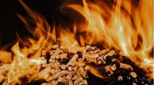 brennende Pellets im Kamin