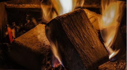 brennende Kohle im Kamin
