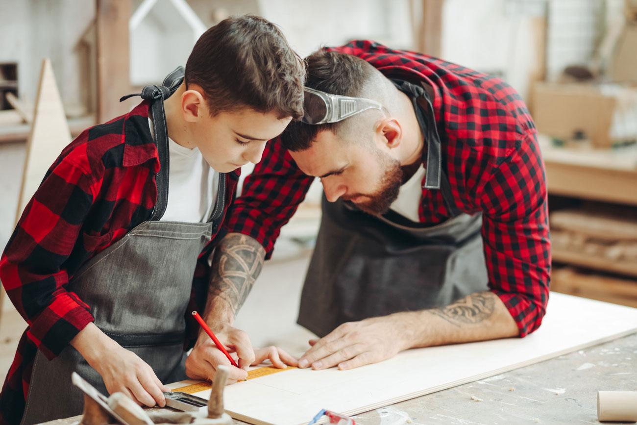 Zwei Handwerker am Zeichnen