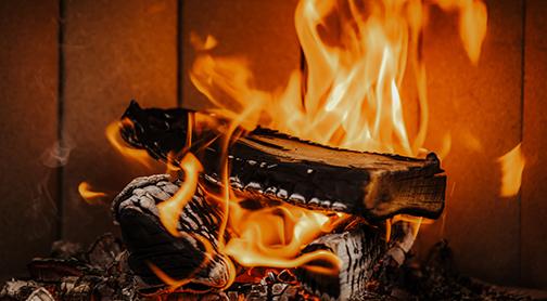 brennendes Holz im Kamin